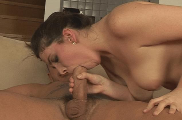 Deutsche Hausfrau beim Kehlenfick auf privatem Hardcoresex Foto