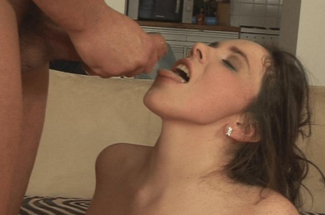 Privates Hardcore Foto von deutscher Hausfrau beim Kehlen ficken
