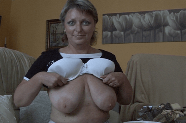 Reife Amateur Schlampe zeigt ihre fetten Hängetitten