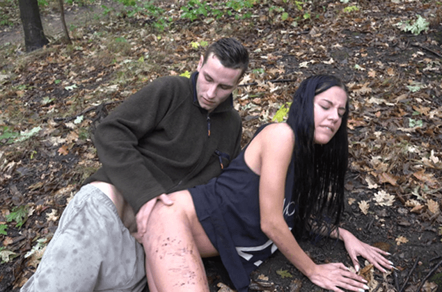Scharfes Amateur Fickfoto zeigt versautes Paar beim Sex im Wald